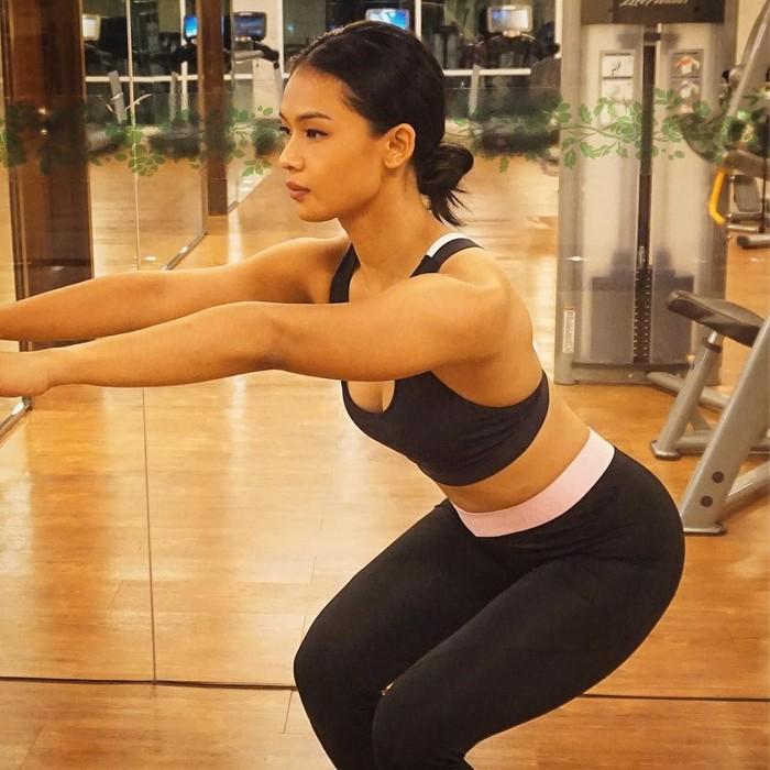 Mulai dari SMA, buat aku menari juga olahraga karena sebelum mulai dance biasanya aku latihan fisik dan olah tubuh dulu supaya stamina dan power-nya kuat. Kalau sekarang mungkin pilihan aku lebih ke functional training, boxing dan yoga, katanya kepada detikHealth. (Foto: Instagram/ufasofura, ditampilkan atas izin yang bersangkutan)