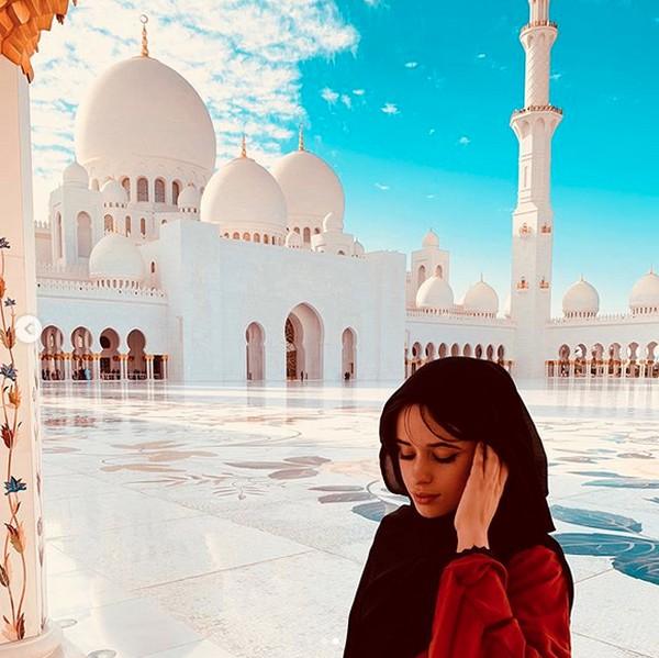 Baru-baru ini penyanyi Camila Cabello diketahui datang ke Masjid Agung Sheikh Zayed di Abu Dhabi. Warganet pun banyak memuji sikapnya yang sengaja berhijab saat datang ke sana (camila_cabello/Instagram)
