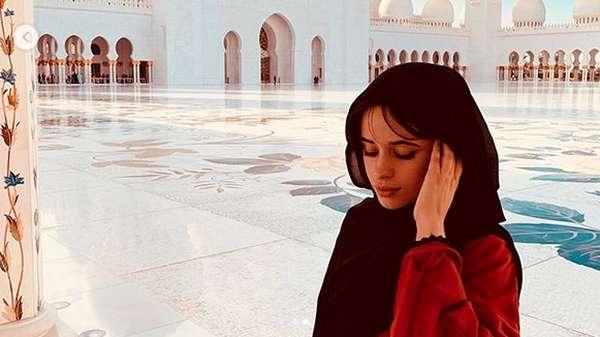 Penampilan Cantik Camila Cabello Berhijab di Depan Masjid