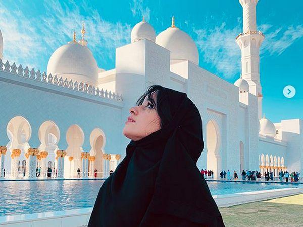 Berhijab di Depan Masjid, Camila Cabello Tuai Pujian