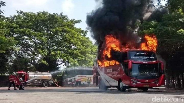 Diduga Korsleting, Bus Agra Mas Terbakar di Terminal Bojonegoro