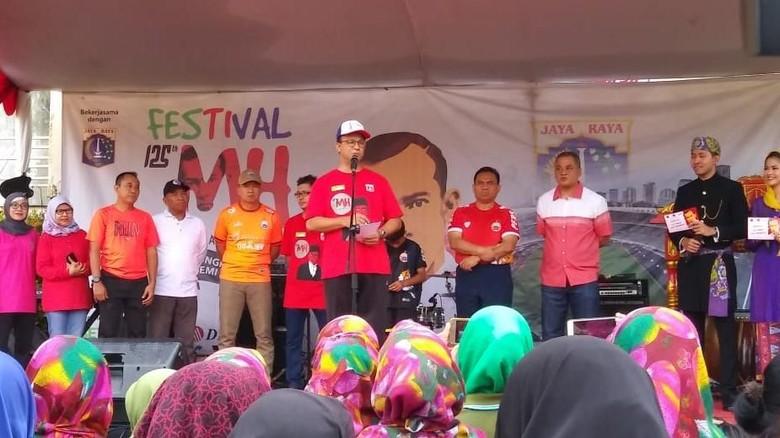 Hadiri Festival MH Thamrin, Anies Main Bola Lawan Legenda Persija