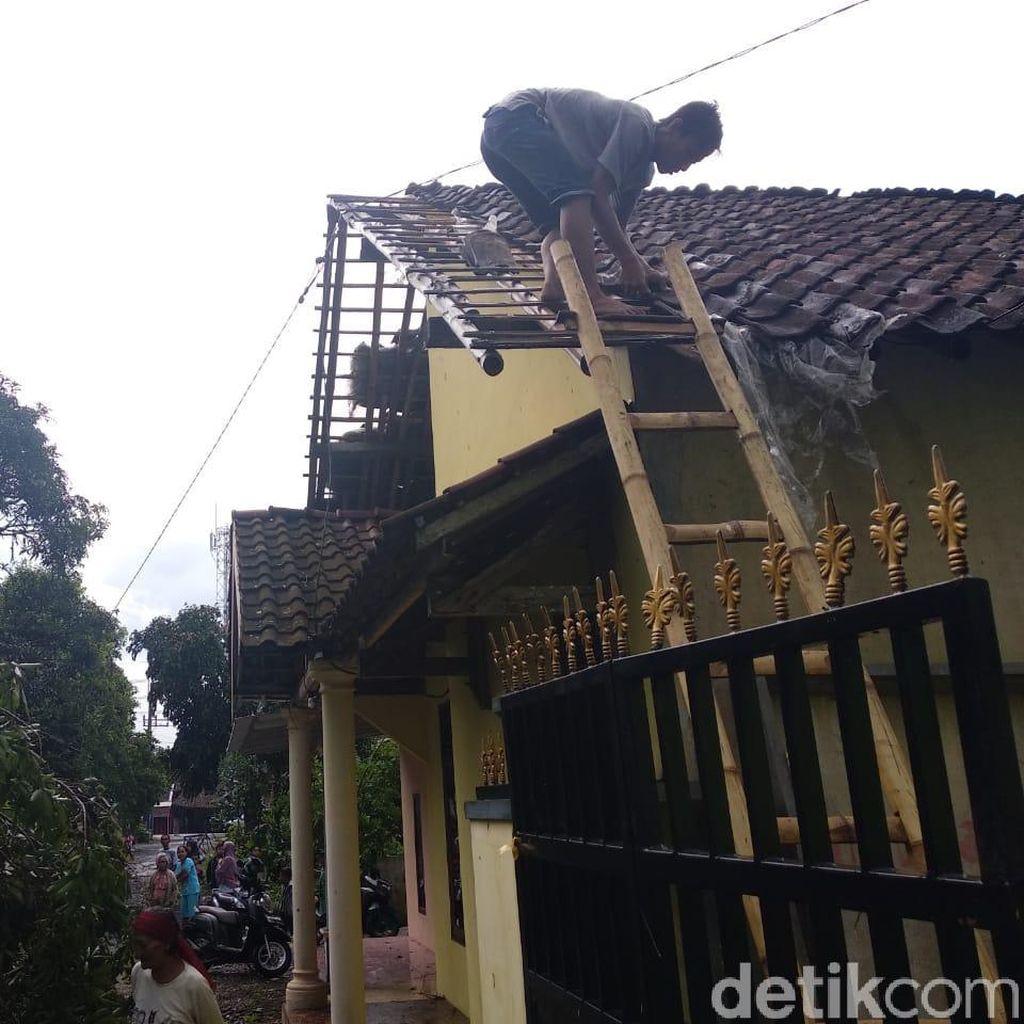 Hujan Disertai Angin Kencang Picu Pohon Tumbang dan Atap Beterbangan