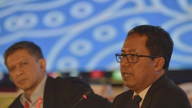 Joko Driyono (kanan) ditetapkan jadi tersangka pengambilan barang bukti usai penggeledahan kantor di Kuningan oleh Satgas Anti Mafia Bola. (