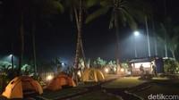 Traveler juga bisa bermalam di tenda yang dilengkapi dengan kasur yang empuk serta toilet yang bersih (dok Joni Surfcamp)