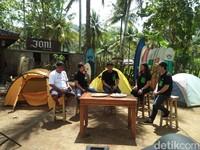 Pantai Wedi Awu di Kabupaten Malang bisa jadi pilihan bagi traveler yang mau belajar atau main surfing. Alasannya, ada Joni Surfcamp yang bisa jadi tempat belajar (dok Joni Surfcamp)