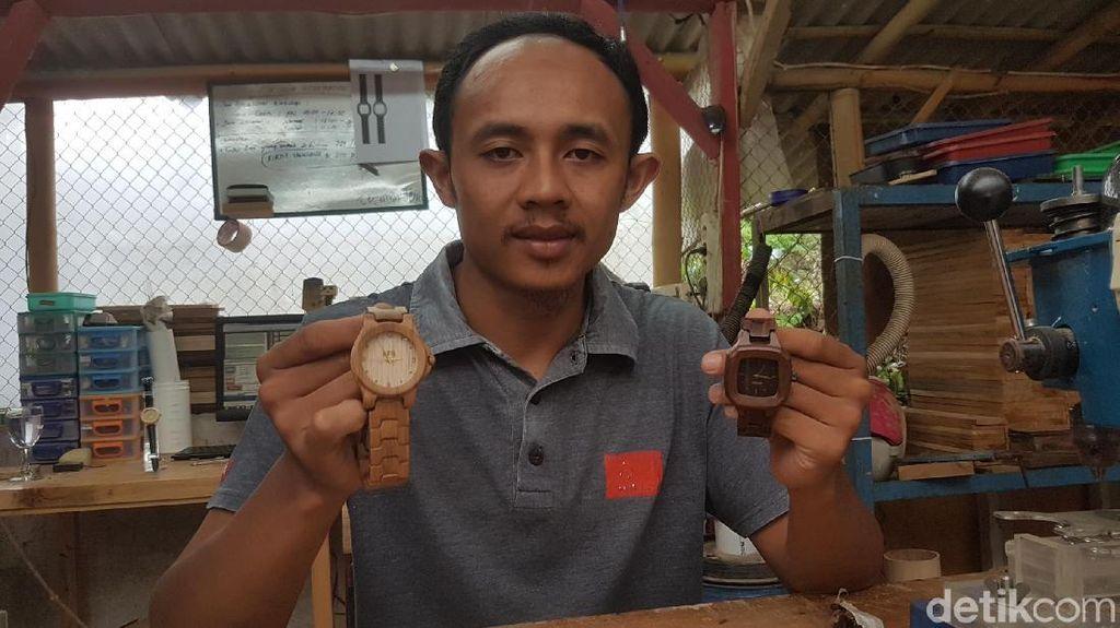 Jam Tangan Kayu Made in Pandeglang Laris Terjual Sampai Afrika