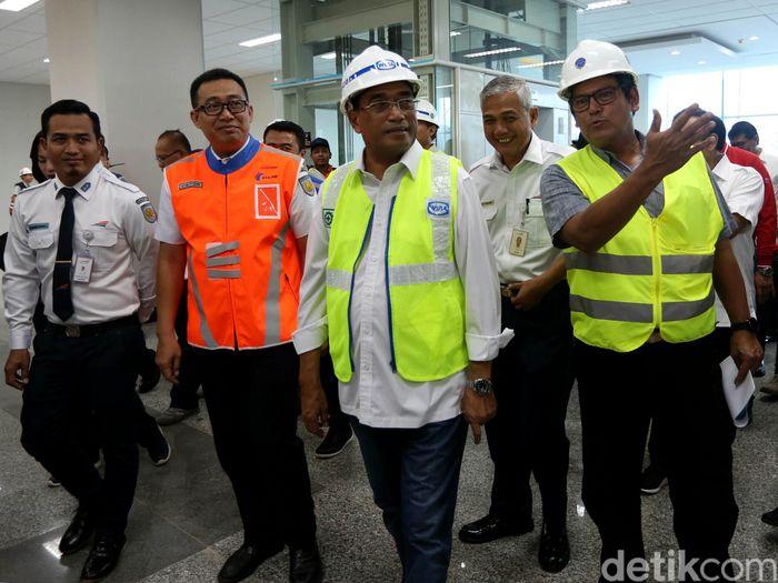 Menteri Perhubungan (Menhub) Budi Karya Sumadi melakukan kunjungan ke Stasiun Manggarai, Jakarta, Sabtu (16/2/2019).