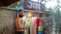 Menurut penuturan Joni, pendamping wisatawan untuk berselancar di Pantai Wedi Awu, telah banyak wisatawan berkunjung dan singgah di Surfcamp yang dikelolanya bersama pemilik lahan itu (dok Joni Surfcamp)