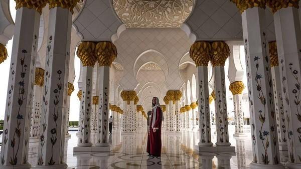 Selain itu, penyanyi Dua Lipa yang baru-baru ini menang salah satu kategori Grammy juga pernah mampir ke Masjid Agung Sheikh Zayed (dualipa/Instagram)