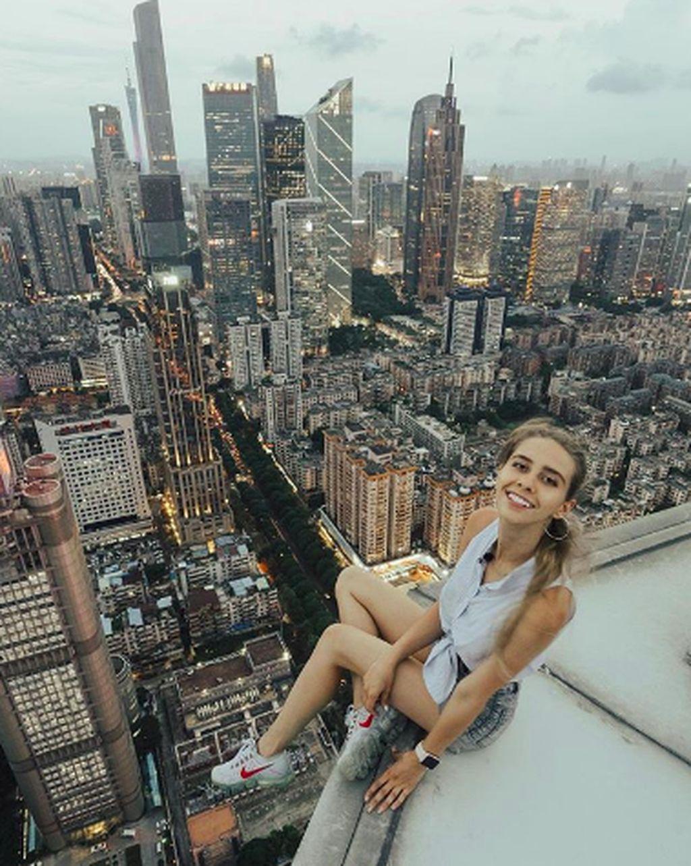 Dia adalah Angela Nikolau wanita berusia 25 tahun asal Rusia. Lewat akun Instagram, ia membagikan foto-foto ekstrim di gedung yang mencapai ratusan meter tingginya. (Foto: Instagram/angela_nikolau)