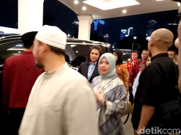 Penampilan istri Sandiaga Uno, Nur Asia, saat menonton debat capres 2019. Foto: Muhammad Fida ul Haq/detikcom