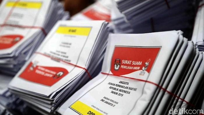 KPU mulai mendistribusikan logistik Pemilu untuk ke luar negeri agar para WNI yang berada di luar dapat menggunakan hak pilihnya saat Pemilu pada April mendatang.