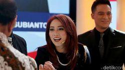 Senyum Manis dan Rambut Merah Anisha Dasuki yang Curi Perhatian