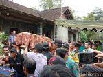 Jenazah Istri dan Anak yang Dibunuh Suami Dimakamkan Satu Liang