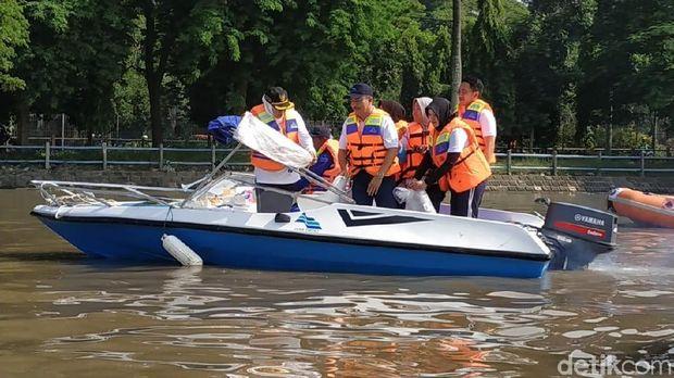 Gubernur Jatim 'Berburu' Sampah Popok di Sungai Brantas
