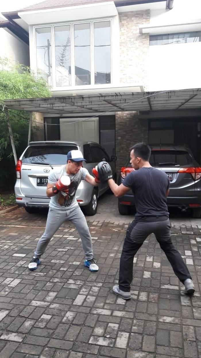Latihan kickboxing yang kerap dilakukan bersama sang istri tersebut sukes membantu tubuh serta pikiran Tommy (kaos abu-abu) terasa lebih sehat dan segar. (dok. pribadi Tommy Tjokro)