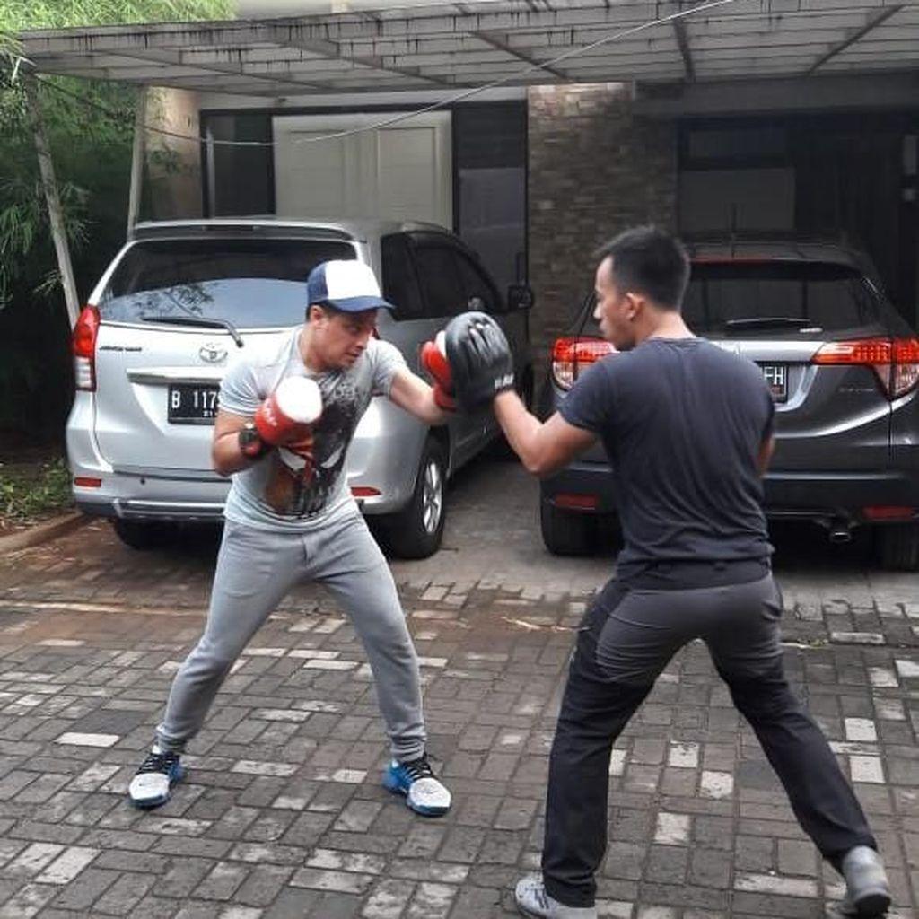 Bugar Banget, Moderator Debat Capres Tommy Tjokro Ternyata Latihan Tinju
