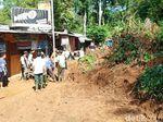 Longsor Sempat Tutup Jalur Antar Kecamatan di Trenggalek