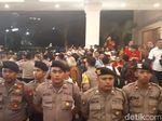 Polisi Halau Pendukung Paslon Tanpa Undangan ke Parkir Timur