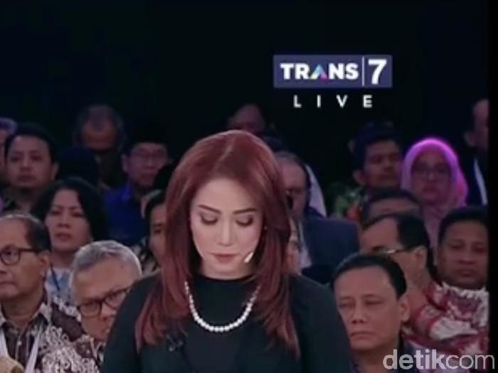 Anisha Dasuki menarik atensi di debat capres kedua dengan rambut merahnya. Foto: Dok. Detikfoto