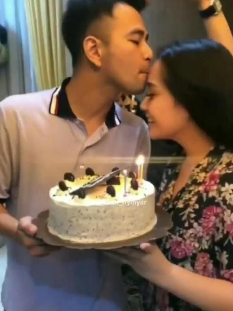 Saling Beri Kejutan, Nagita Slavina Buat Kue untuk Raffi Ahmad
