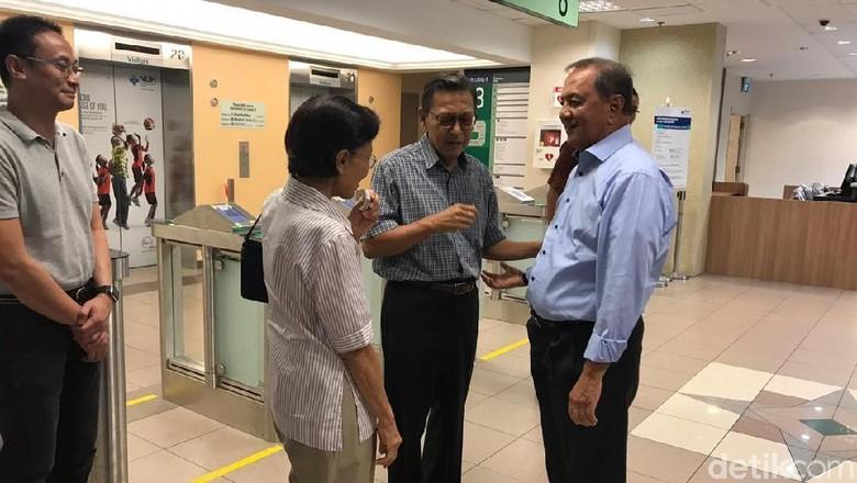 Boediono dan MS Hidayat Jenguk Ani Yudhoyono di Singapura