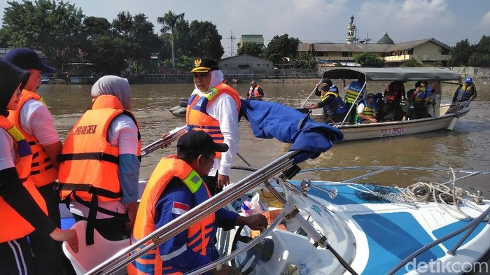 Gubernur Khofifah memtau kondisi Kali Brantas/Foto: Deny Prastyo Utomo/File