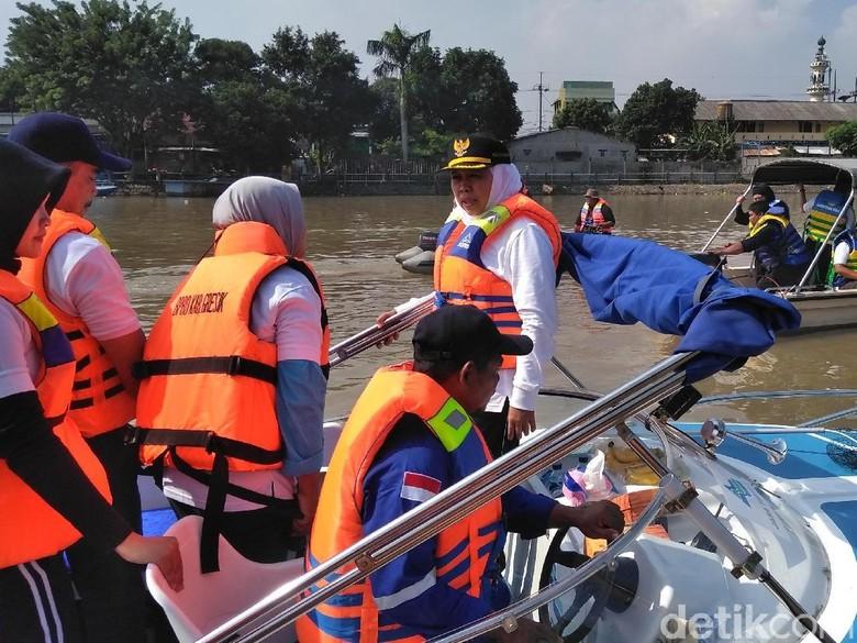 Gubernur Jatim Berburu Sampah Popok di Sungai Brantas