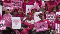 Seruan untuk melawan kanker muncul di peringatan Hari Kanker Sedunia di area Car Free Day, Jakarta, Minggu (17/2/2019). Suntikan semangat untuk selalu fight!