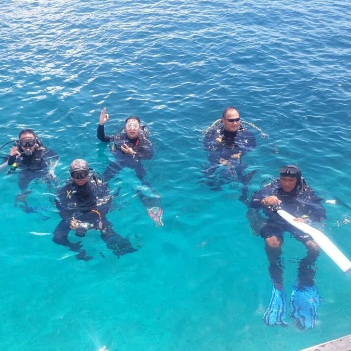 Selain kickboxing, Tommy ternyata gemar diving yang dilakukan bersama teman-temannya. (dok. pribadi Tommy Tjokro)