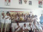 Relawan Prabowo di Bali Potong Tumpeng Sebelum Nobar Debat Capres