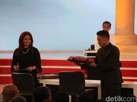 Penampilan Anisha Dasuki dan Tommy Tjokro, moderator debat kedua capres 2019.