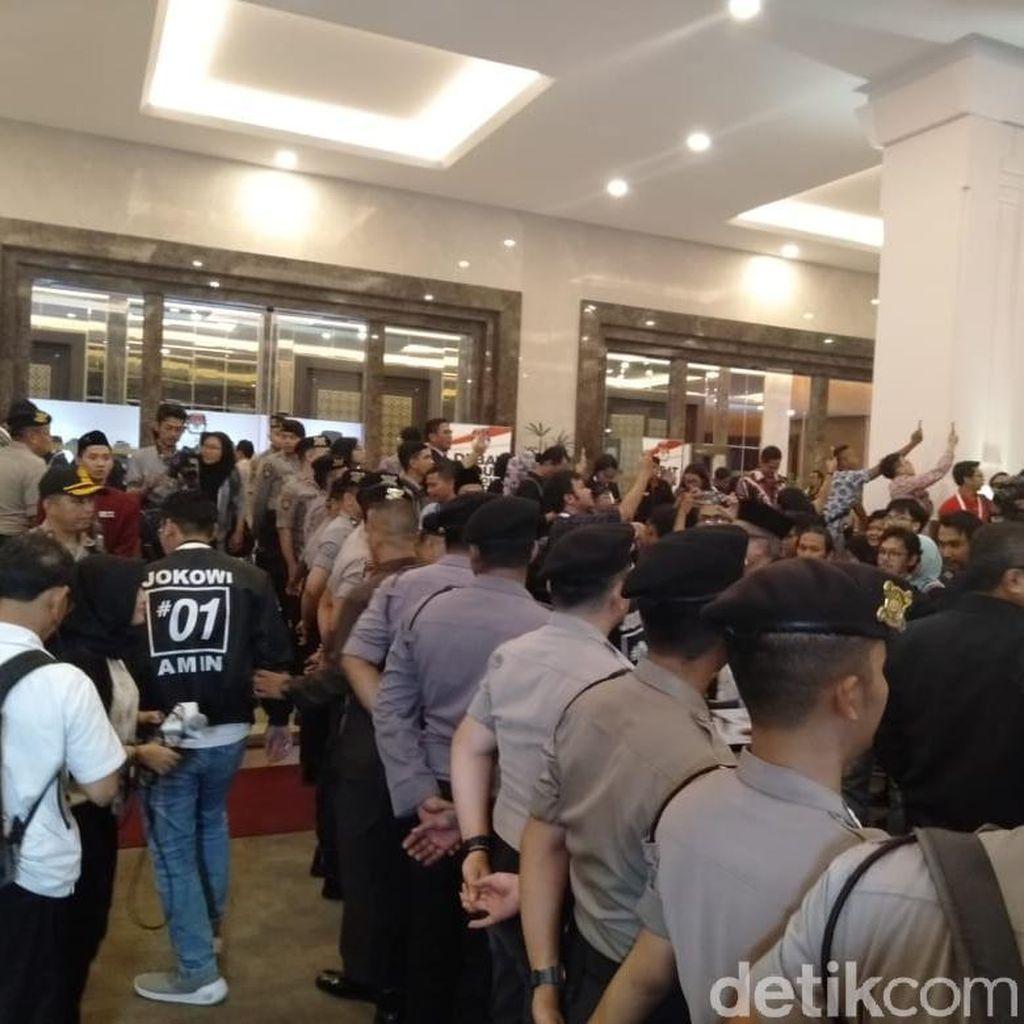 Polisi Bikin Pagar Betis Pisahkan Pendukung Jokowi dan Prabowo