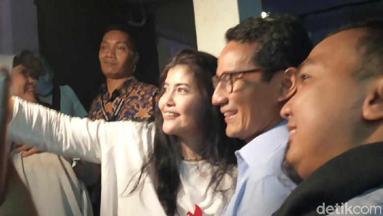 Jelang Nobar Debat, Sandiaga Selfie Bareng Simpatisan