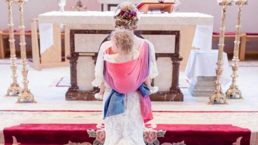 Jalan di Altar, Pengantin yang Gendong Anak di Punggung Ini Jadi Perhatian