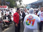 Nobar Debat, Relawan Jokowi Konvoi Berjas Hujan ke Hotel Sultan