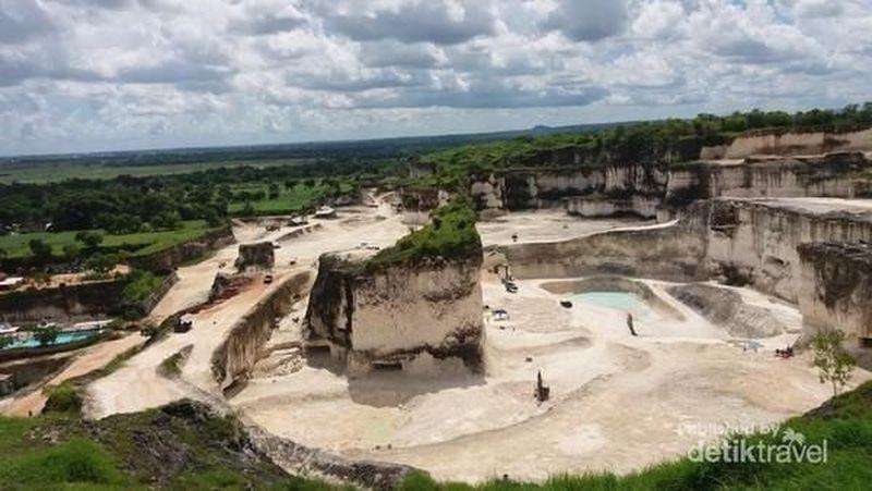 Bukit Jaddih Madura merupakan bukit kapur yang telah ditambang. Hasilnya adalah relief yang memikat wisatawan. Sering dipakai untuk foto pre wed juga (Basri Bachtiar/dTraveler)