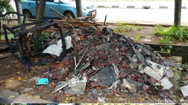 Pasca Kebakaran, Puing-puing di Rumah Ketua DPR Dibersihkan