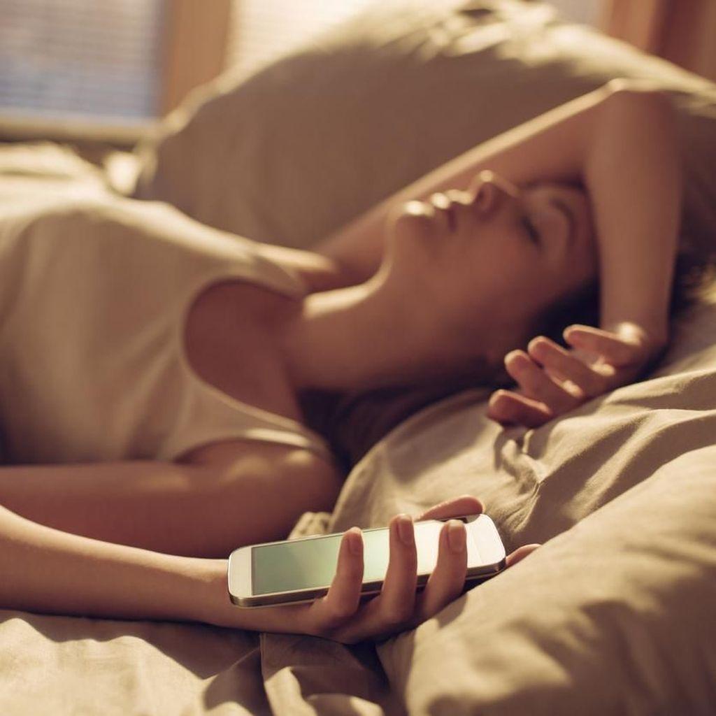 Ini Alasan Jangan Bawa Ponsel ke Tempat Tidur