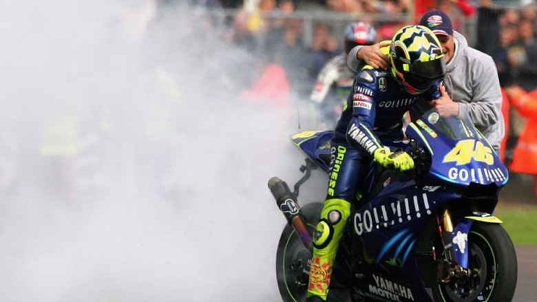 DONINGTON, ENGLAND - JULY 25:  Valentino Rossi of Italy burns rubber after winning the British Grand Prix during the Cinzano British Grand Prix at Donington Park on July 24, 2004 in Donington, England.  (Photo by Jamie McDonald/Getty Images)