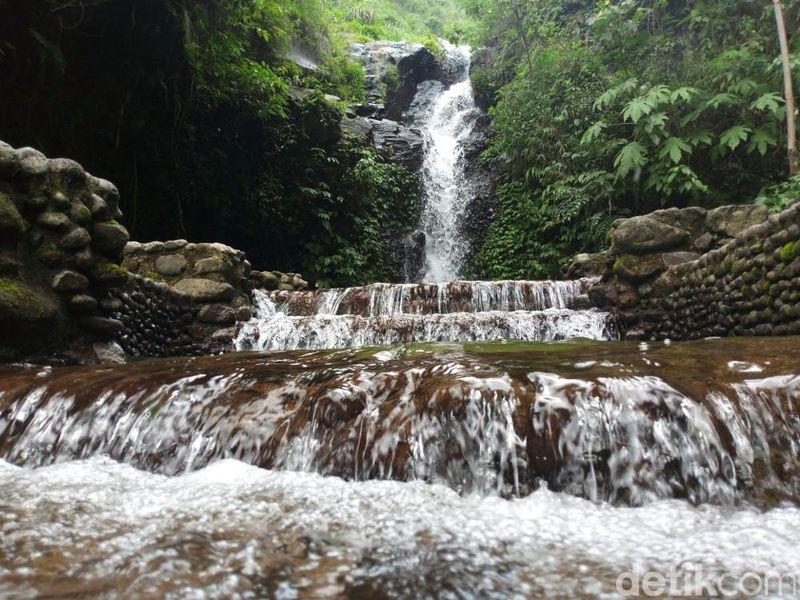 Curug Tirtowening ada di Desa Cemanggal, Kabupaten Semarang. Berada di lereng Gunung Ungaran, Tirto Wening menjadi destinasi menarik bagi wisatawan (Aji Kusuma/detikTravel)