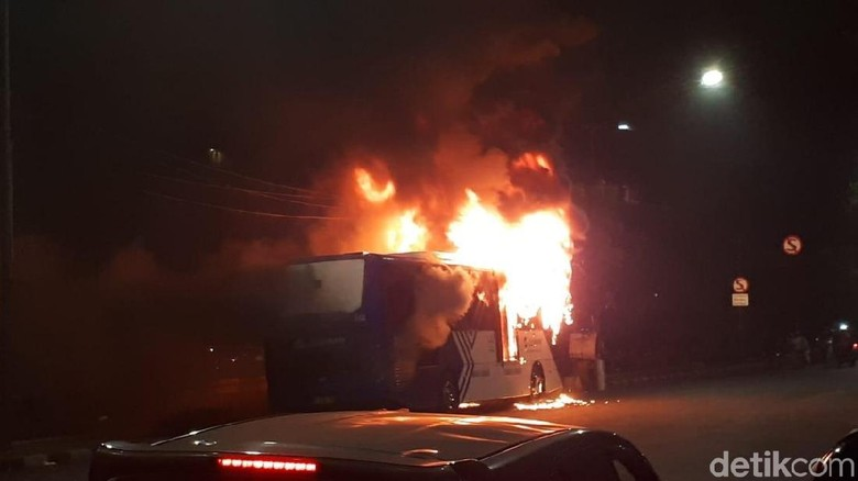 Foto: Bus TransJakarta Terbakar di Dekat Pasar Baru