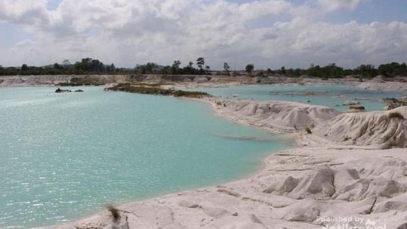 Danau Kaolin di Pulau Belitung adalah bekas galian tambang kaolin. Danau berair biru toska ini begitu instagrammable. Jadi tak heran, banyak wisatawan datang ke sana (Brigida Emi Lilia/dTraveler)