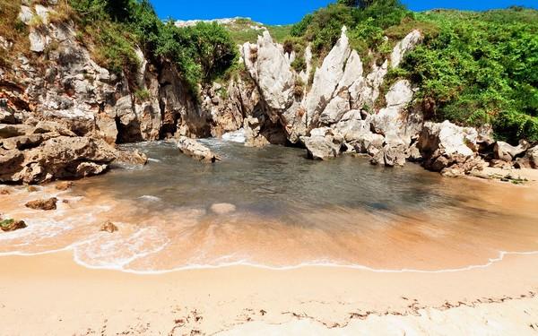 Pantai Gulpiyuri masuk dalam daftar salah satu pantai yang unik di dunia (iStock)