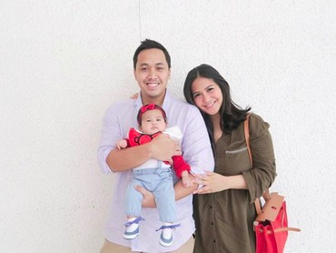 Senyum bahagia menyelimuti pasangan Caca Tengker dan Barry Tamin dengan kelahiran Ansara Maisadipta Tamin. (Foto: Instagram/cacatengker)