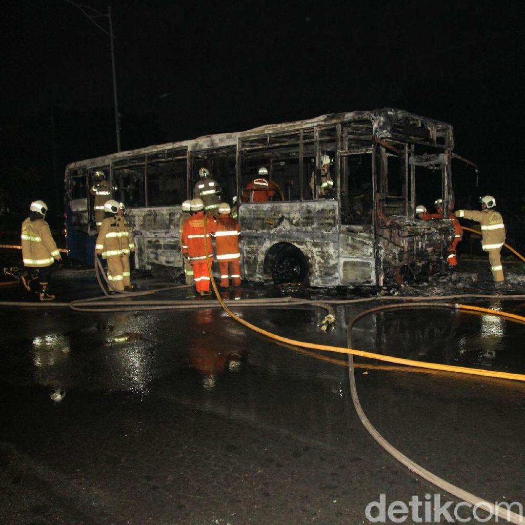 6 Mobil Damkar Dikerahkan Padamkan Kebakaran Transj di Pasar Baru