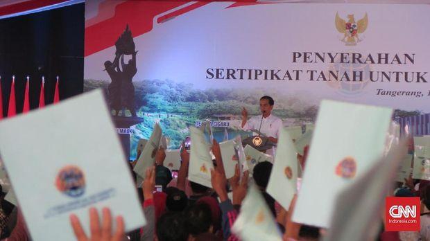 Presiden Jokowi mempercepat pembagian sertifikat tanah gratis bagi warga demi menghindari konflik lahan.