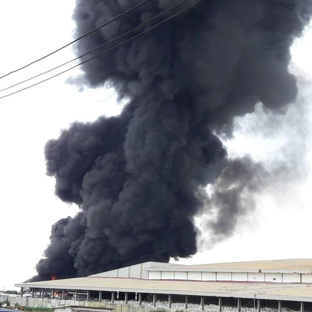 Sebuah Gudang di Kawasan Industri Maspion Gresik Terbakar