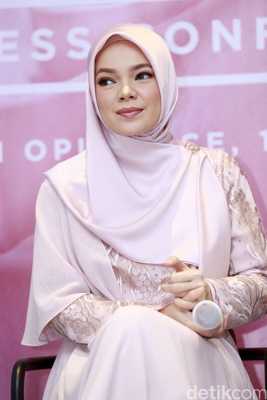 Segarkan Harimu dengan Penampilan Dewi Sandra